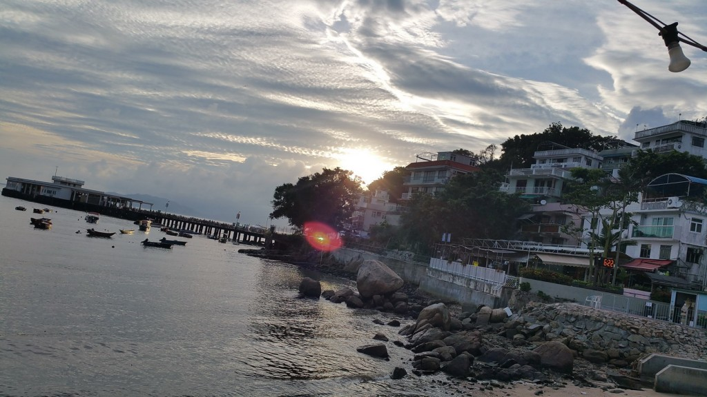 Sunset at Yung Shue Wan (Banyan Tree Bay). So this place is about 30 minutes away from Hong Kong Central Pier.